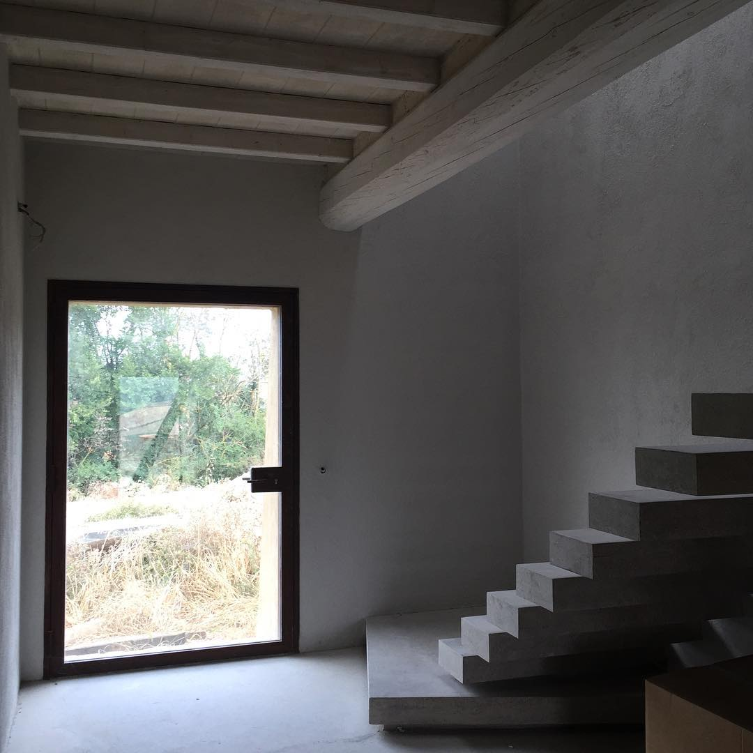 #stairporn #residentialdesign #concretedesign #lovethecountryside #superfuturedesign #cretesenesi